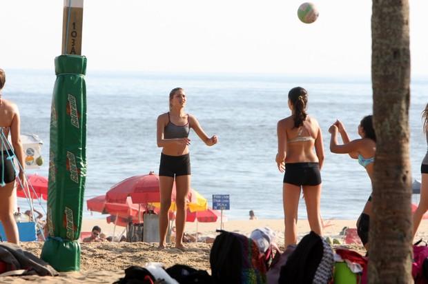 Sasha joga vôlei na praia de Ipanema (Foto: Gil Rodrigues / Photo Rio News)