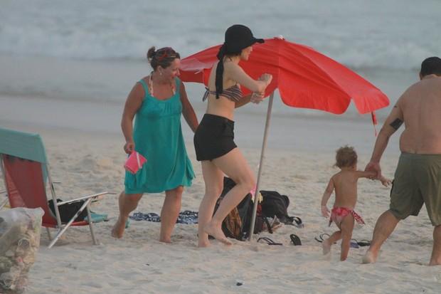 Letícia Sabatella com crianças na praia (Foto: Delson Silva / Ag News)