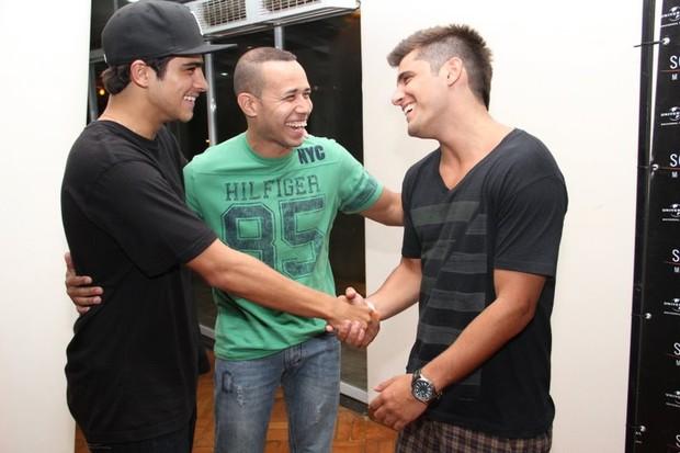 Bernardo Mesquita e Bruno Gissoni em show do Sorriso Maroto no Rio (Foto: Vinicius Eduardo/ Ag. News)