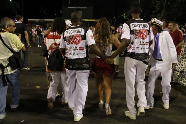 viviane Araújo escoltada por seguranças da escola (Foto: Isac Luz/EGO)