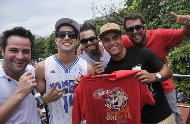 Caio Castro, com a dupla Rick & Ricardo e com os amigos Biel Maciel e Rafael Cuia (Foto: Ari Kaye / Divulgação)