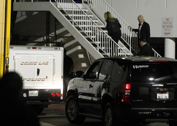Carro da perícia no hotel em que Whitney Houston foi encontrada morta (Foto: Reuters)