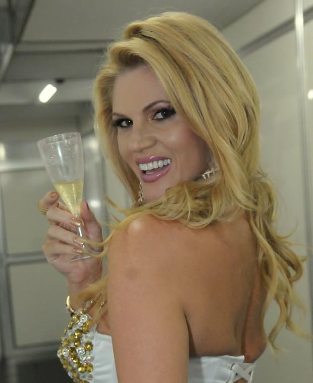 Val Marchiori não abandona o champanhe nem no Sambódromo (Foto: Ag.News/Francisco Cepeda)