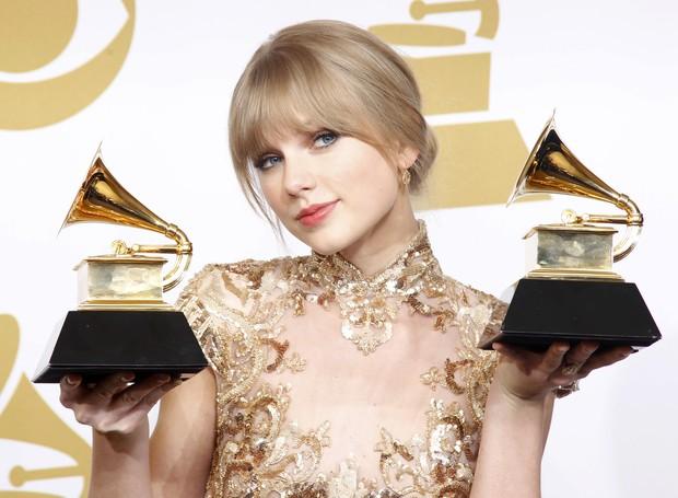 Taylor Swift com os troféus de melhor canção country e melhor performance de artista country n o Grammy (Foto: Reuters/ Agência)