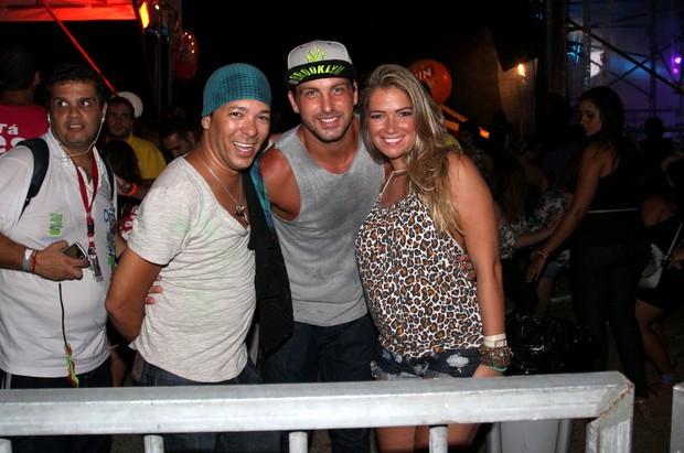 Ex-BBBs Fani e Diogo com amigo em show em Salvador (Foto: Wallace Barbosa/Ag News)