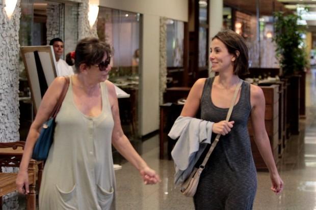 Tânia Khallil passeia com a mãe em shopping do Rio (Foto: Marcello Sá Barreto / Photo Rio News)