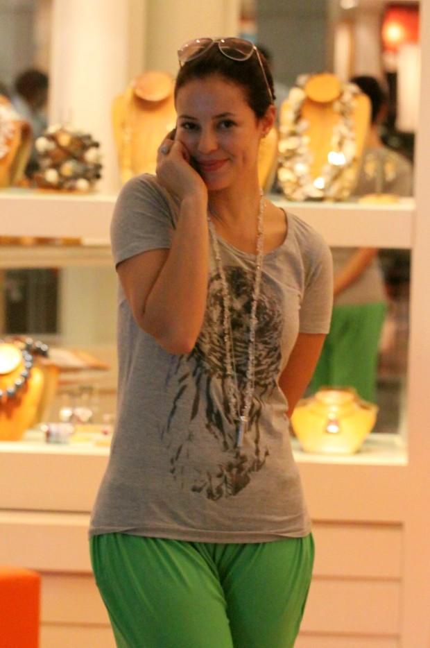Paola Oliveira passeia em shopping da Barra, no Rio (Foto: Alice Silva