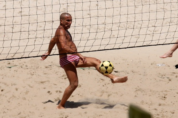 Eri Jonson curte praia e joga futevôlei, na Barra (Foto: Marcos Ferreira / Photo Rio News)