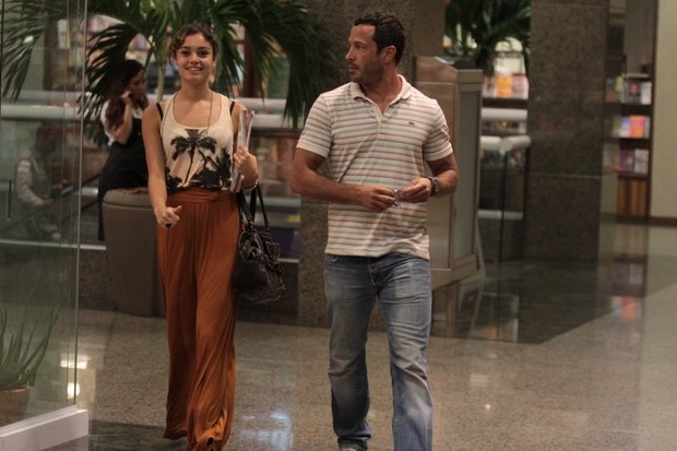 Malvino Salvador e Sophie Charlotte passeiam em shopping na Barra (Foto: Marcello Sá Barreto / Photo Rio News)