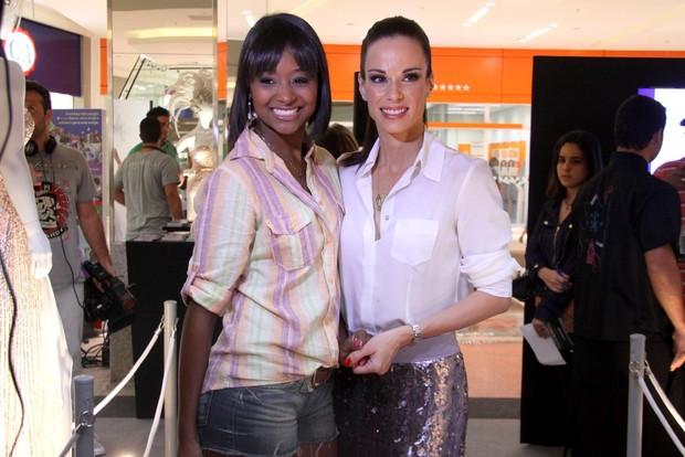 """Ana Furtado e Aline Prado, a Globeleza, no lançamento da exposição beneficente """"Pimpolhos da Grande Rio"""" (Foto: Alex Palarea / AgNews)"""