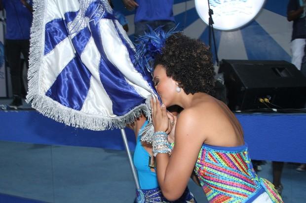 Sheron Menezzes beija a bandeira da escola (Foto: Roberto Filho/Agnews)