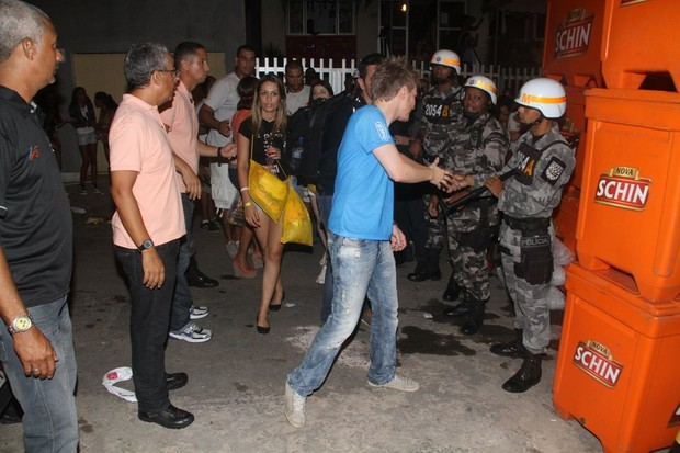 Michel Teló cumprimenta policiais em Salvador (Foto: Daniel Delmiro / AgNews)