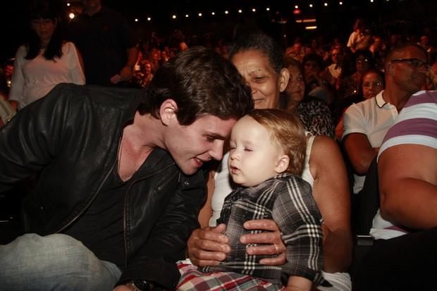 Jonatas Faro e o filho, Guy, na reestreia do musical Xanadu com Danielle Winits (Foto: Isac Luz / EGO)