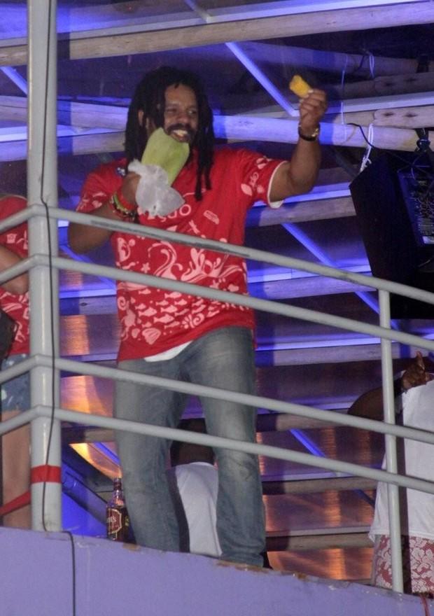 Rohan Marley come milho em Salvador (Foto: Adilson Lucas/Ag.news)