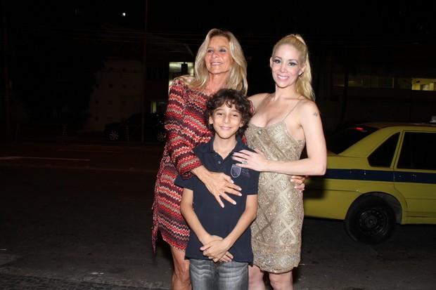 Danielle Winits posa com a mãe e o irmão depois do espetáculo (Foto: Thyago Andrade/Photorio News)