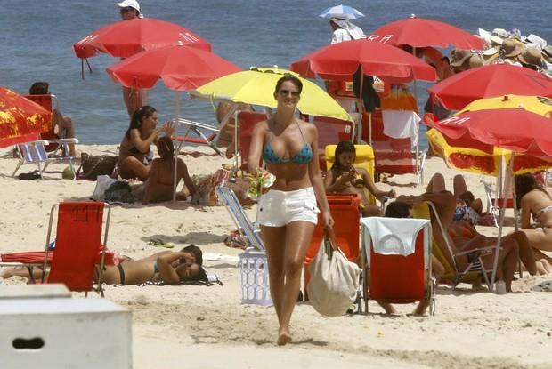 Letícia Birkheuer na praia de Ipanema (Foto: Edson Teófilo / Photo Rio News)