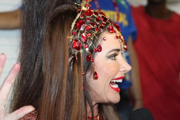 Luma de Oliveira dá entrevista antes do desfile (Foto: Marcos Ferreira / Photo Rio News)