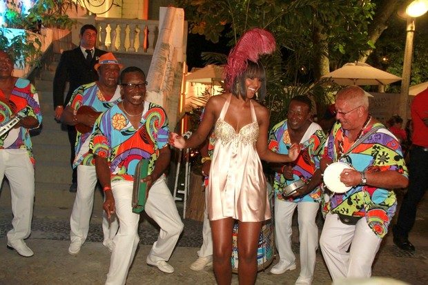 Aline Prado, a Globeleza, em baile de carnaval no Rio (Foto: Isac Luz/EGO)