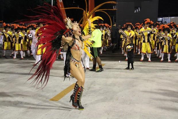 Monique Alfradique desfila pela Viradouro, no Rio (Foto: Thiago Mattos / AgNews)