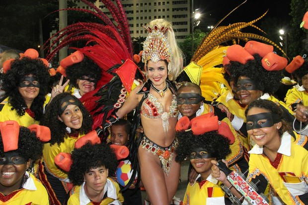 Monique Alfradique posa com integrantes da escola antes do desfile (Foto: Roberto Filho / AgNews)