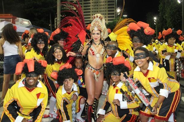 Monique Alfradique posa com integrantes da escola antes do desfile (Foto: Roberto Filho / AgNews)
