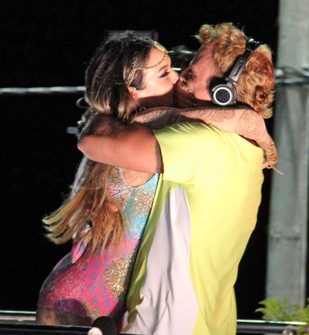 Cássio Reis beija Alinne Rosa (Foto: Adilson Lucas e Marcus Pavão / AgNews)