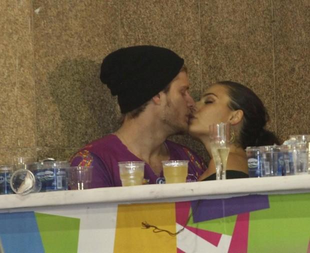 Ísis Valverde beija muito em camarote de Salvador (Foto: Wallace Barbosa / AgNews)