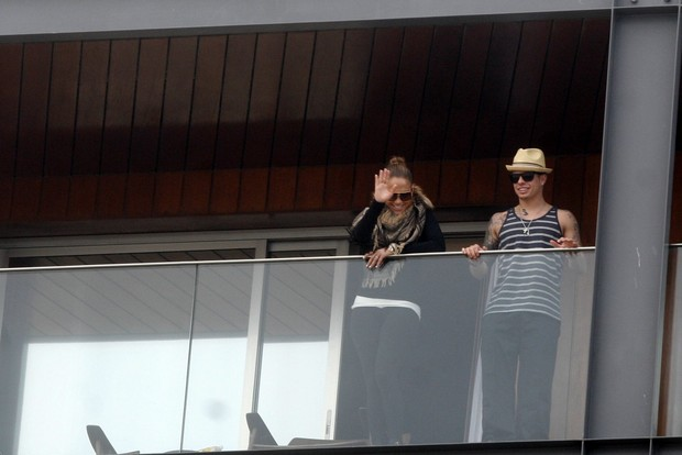 Jeniffer Lopez na sacada do hotel co o namorado (Foto: Edson Teófilo / Photo Rio News)