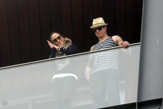 Jeniffer Lopez na sacada do hotel com o namorado (Foto: Edson Teófilo / Photo Rio News)