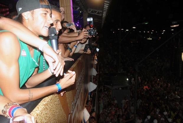 Neymar conversa com Claudia Leitte enquanto a cantora passa com seu trio na frente do camarote (Foto: Marcelo Machado/Ag Haack )