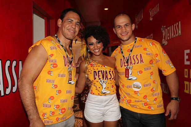 Rogério Minotouro e Junior Cigano posam com Sheron Menezes (Foto: Cleomir Tavares/ Divulgação)