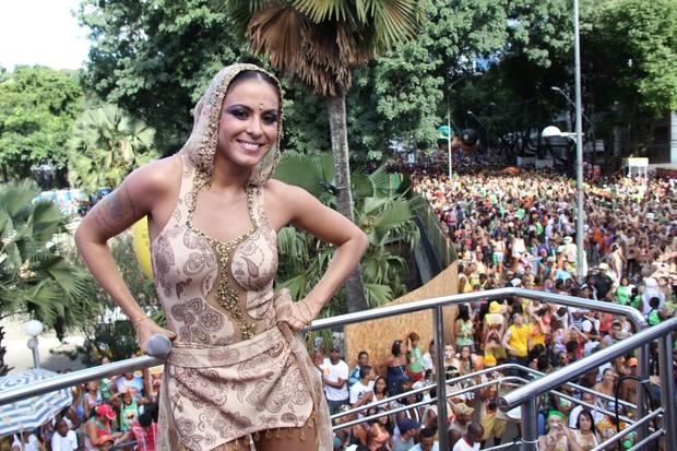 Alinne Rosa em Salvador (Foto: Daniel Delmiro e Wesley Costa/ AgNews)