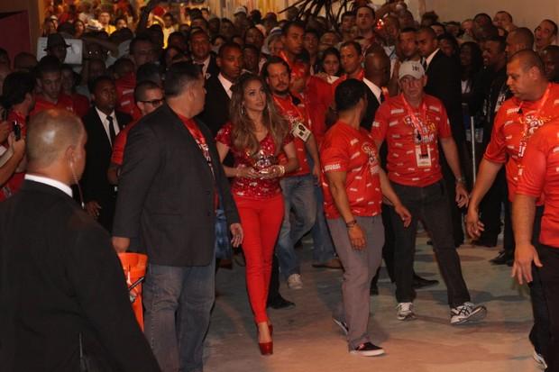 Jennifer Lopez deixa a Sapucaí (Foto: Marcos Ferreira/ Photo Rio News)