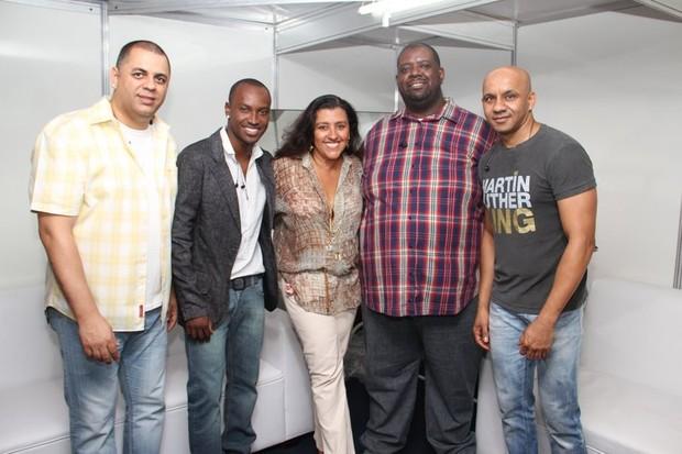 Regina Casé com o Exaltasamba (Foto: Vinícius Eduardo/Ag. News)