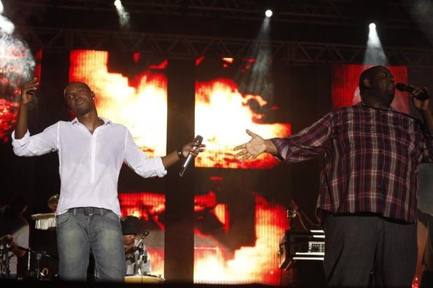 Thiaguinho e Péricles no último show do Exaltasamba (Foto: Vinícius Eduardo / Ag. News)