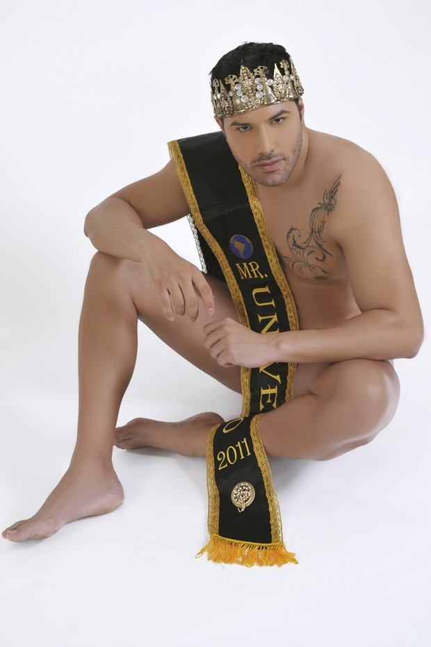 Mister Universo Posa Nu Para Campanha De Preservativos