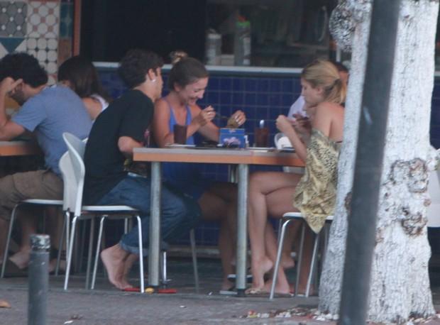 Caio Castro e amigas em lanchonete do Rio (Foto: Delson Silva/Ag. News)