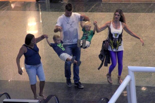 Rodrigo Hilbert e Fernanda Lima com filhos em shopping (Foto: Marcos Ferreira/ Photo Rio News)
