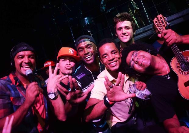 Thiaguinho Martins canta com grupo bom gosto (Foto: Ari Kaye / Divulgação)