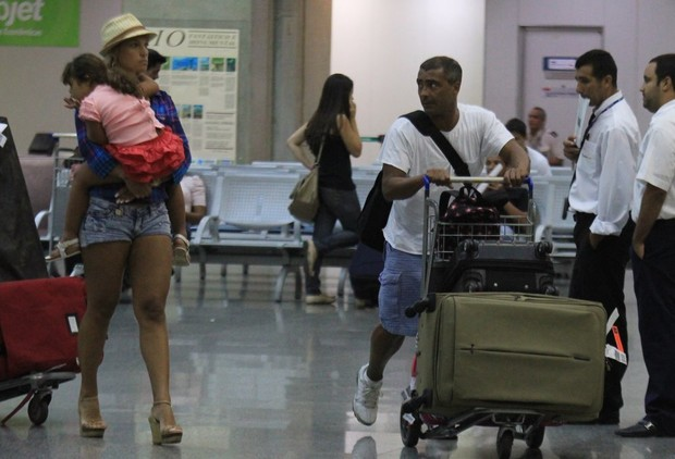 Romário com mulher e filha em aeroporto do Rio de Janeiro (Foto: Rodrigo dos Anjos/Ag. News)