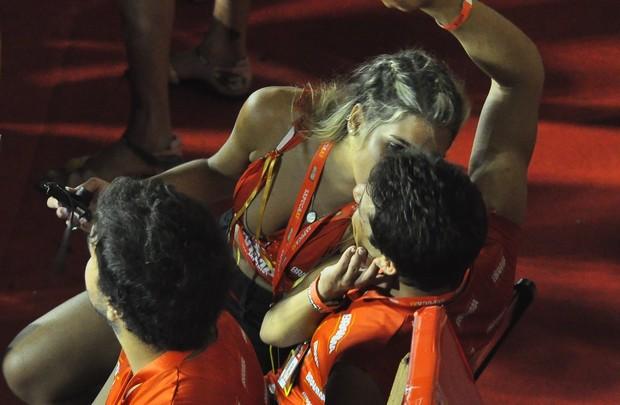 Bia Feres com ficante em camarote (Foto: Roberto Teixeira / EGO)