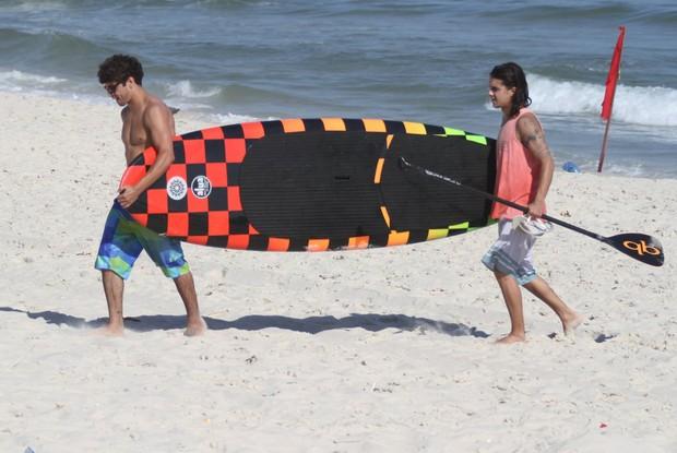 Caio Castro curte praia com amigos (Foto: Clayton Militão / Photo Rio News)