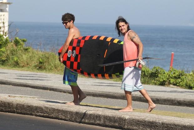 Caio Castro curte praia com Guilherme Boury (Foto: Clayton Militão / Photo Rio News)