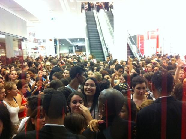 Fãs aguardam Zac Efron em shopping de São Paulo (Foto: Felipe Abílio / EGO)
