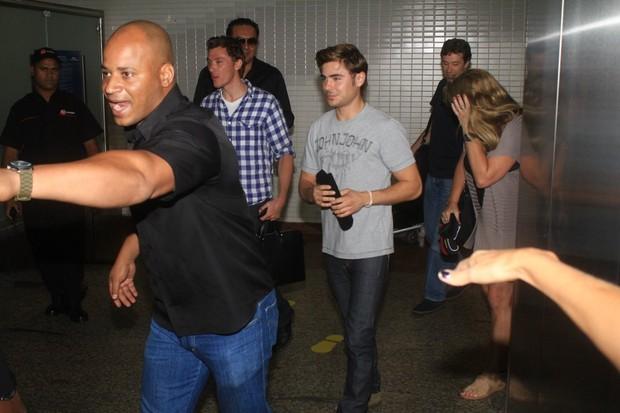 Zac Efron desembarca em São Paulo (Foto: Delson Silva e Gabriel Reis/AgNews)