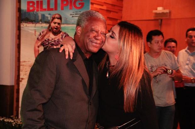 Milton Gonçalves e Preta Gil em pré-estreia de filme em São Paulo (Foto: Amauri Nehn/ Ag. News)