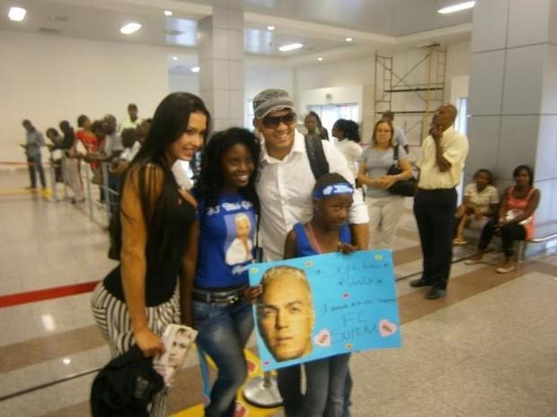 Belo é recebido por fãs em Angola (Foto: Divulgação / Divulgação)
