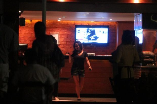 Fernanda Vasconcellos vai a bar com amigos no Rio (Foto: Clayton Militão/ Photo Rio News)
