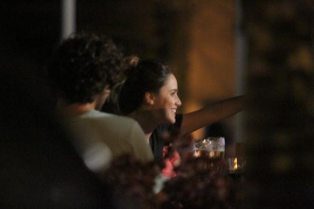 Fernanda Vasconcellos com amigos a bar no Rio (Foto: Clayton Militão/ Photo Rio News)