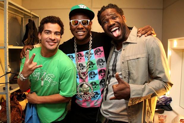 Mc Sapão posa com integrantes do Trio Ternura em bastidores de show no Rio (Foto: Daniel Pinheiro/ Divulgação)